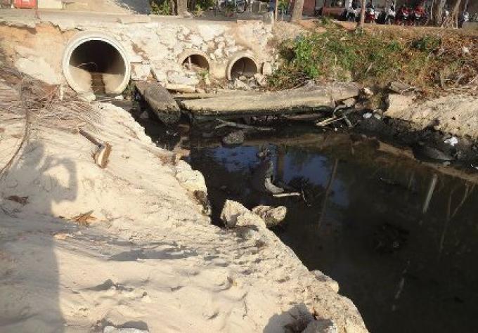 Des eaux usées noires sur la plage de Surin, il faut attendre, dit le vice-gouverneur