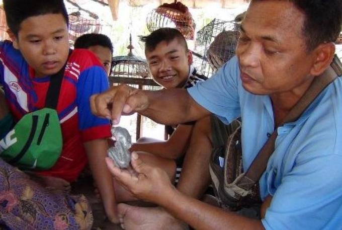 Les habitants de Krabi rendent hommage au métal trouvé dans la bouse de vache