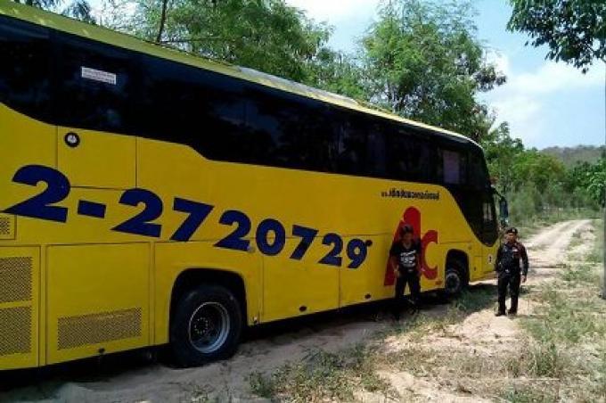 Un conducteur de bus emmène ses passagers sur un chemin allant nulle part