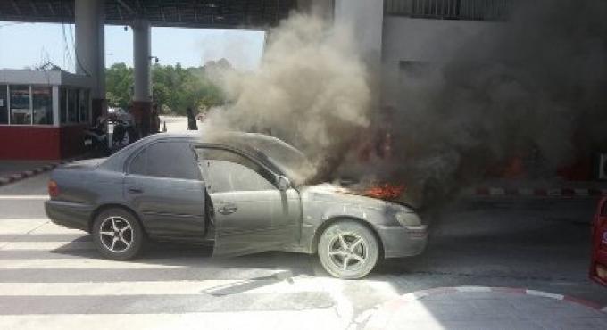 Un inspecteur de la police de Phuket l a échappé belle après que sa voiture a explosé