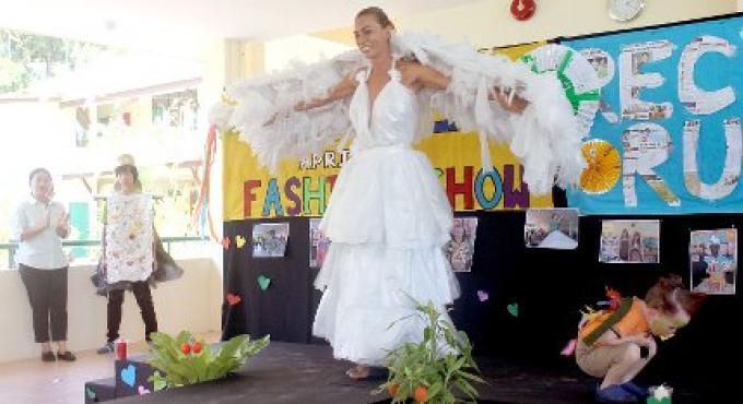 8e annuel Recycle Fashion Show a présente le trésor des poubelles