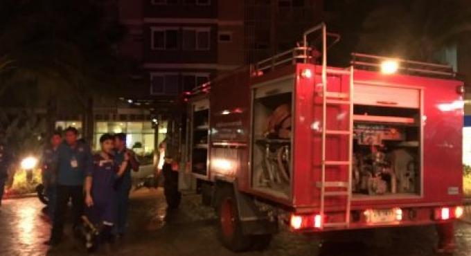 Les voisins éteignent le feu dans appartement au Supalai Condominium Park à Phuket Town