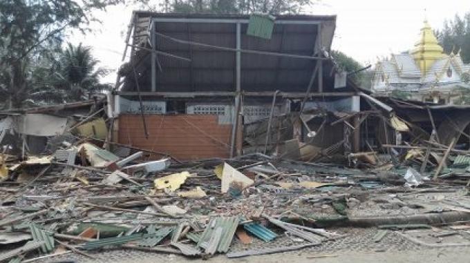 La démolition des bâtiments du front de mer est en cours à Surin Beach