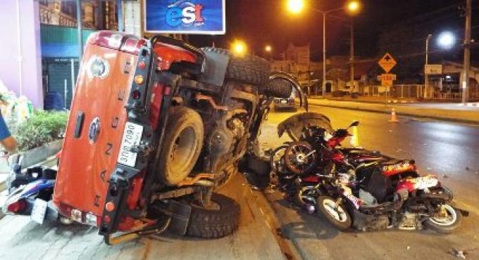 Un homme s'endort au volant  tape dans un camion de livraison et fini dans des motos garées