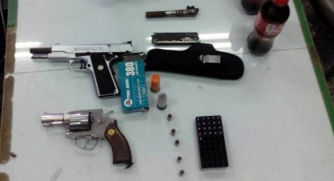 Trois personnes arrêtées pour de la drogue, armes et munitions