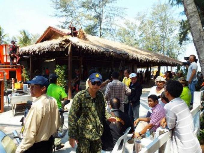 Les structures des bâtiments sont enlevées sur les plages de Layan et Leypang