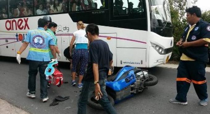 Un étrangé frappé par un bus dans un accident de moto dans une rue populaire de Muay Thai de Phuk