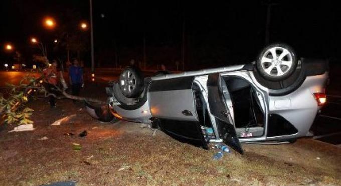 Les ceintures de sécurité sauvent la famille quand la voiture s'est retournée sur une route mouil