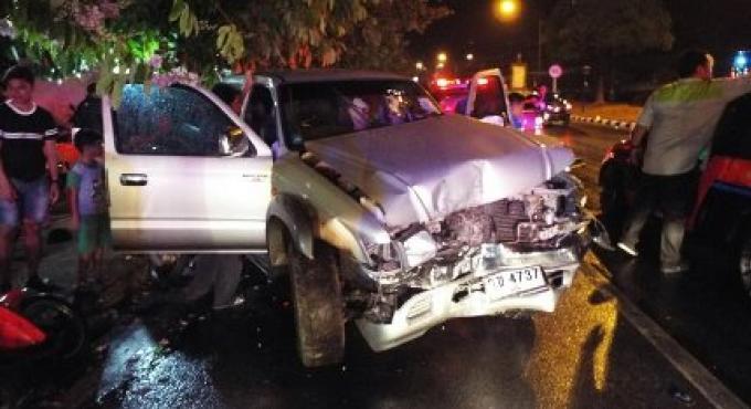 La route mouillée à Phuket est à blâmer encore pour un accident d'une camionnette