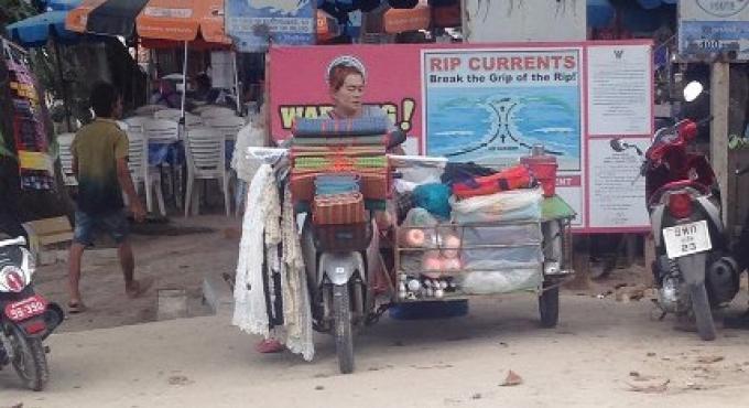 Les vendeurs égoïstes sur la plage de Phuket s'ajoutent aux malheurs des sauveteurs