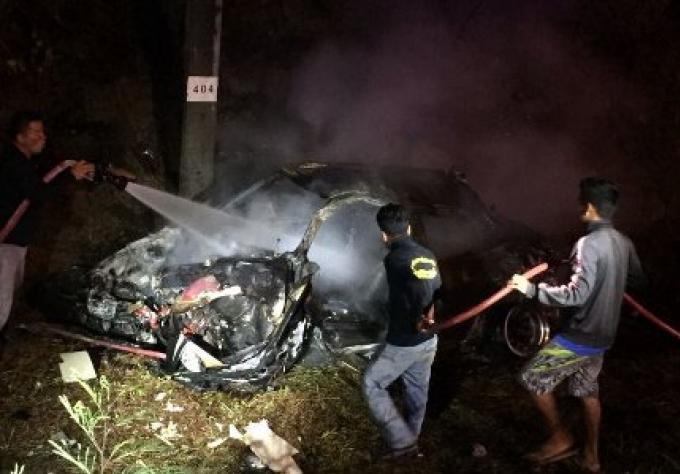 Deux hommes sauvés d'un véhicule en feu sur la route de contournement de Phuket