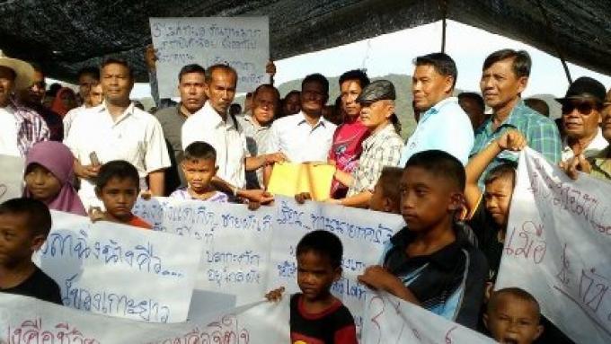 Les pêcheurs d'anchois en difficulté, les familles sur l'île de Koh Yao Yai protestent sur l'inte