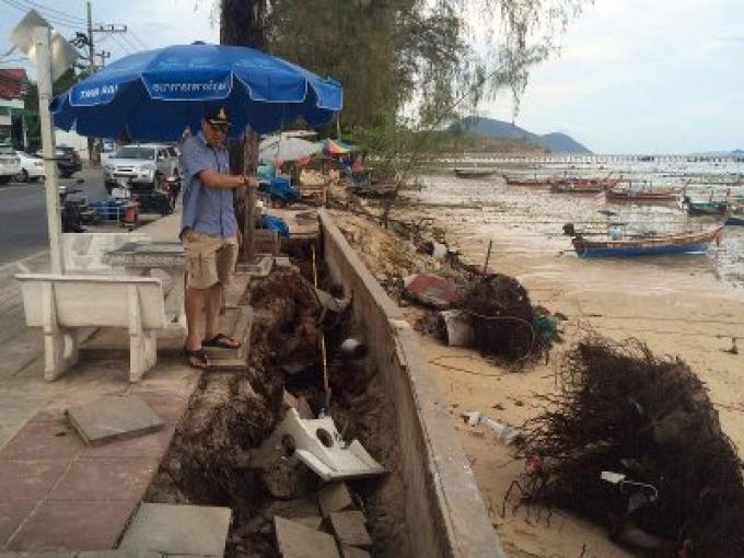 La digue de Rawai compromise par de fortes vagues, le maire la renforcera pour l'instant avec de gro