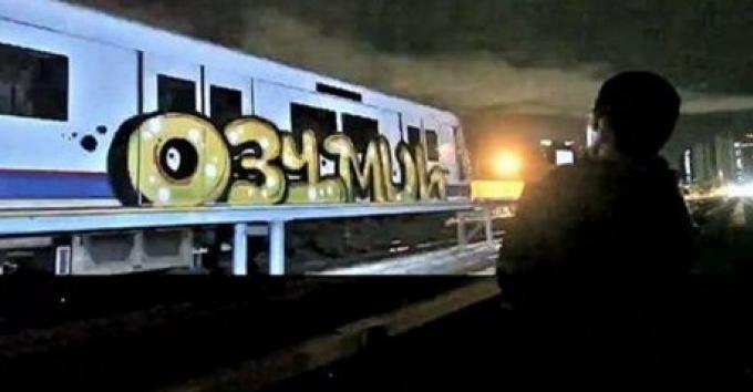 Vidéo de 2 étrangers faisant des graffitis sur le métro de Bangkok qui est allée virale sur le n