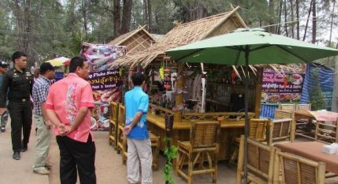 Les entreprises près du cimetière de Mai Khao doivent partir cette semaine est le voeux du chef  d