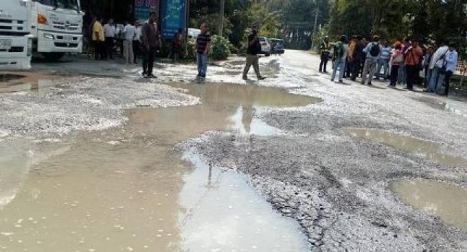 Le maire arrête les camions d'eau sur une route endommagée de Phuket