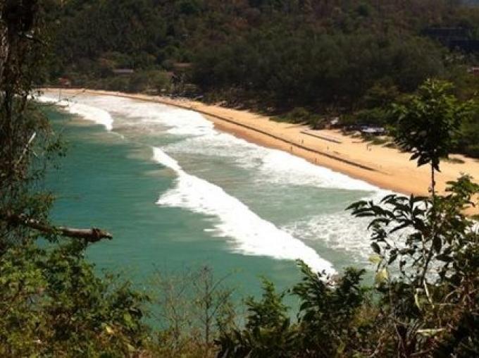 Les sauveteurs demandent aux nageurs de se méfier des fortes vagues sur la côte ouest