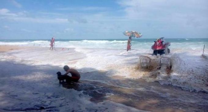 Le cyclone Roanu frappe les plages de Phuket