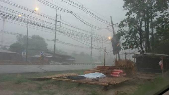 Des maisons des arbres et des pylônes sont tombés par la tempête