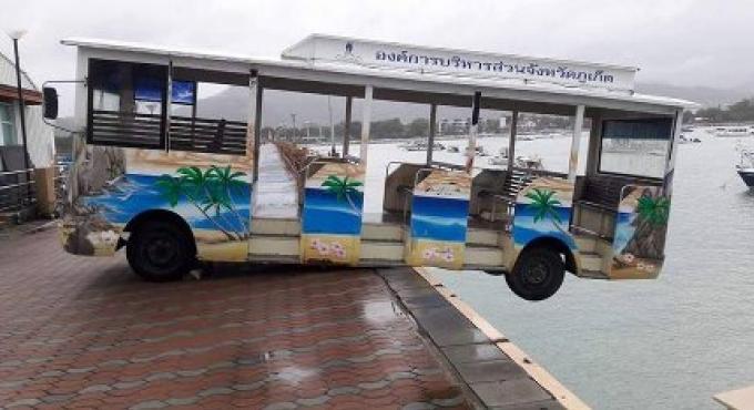 Une navette de Phuket reste suspendue dans le vide sur la jetée