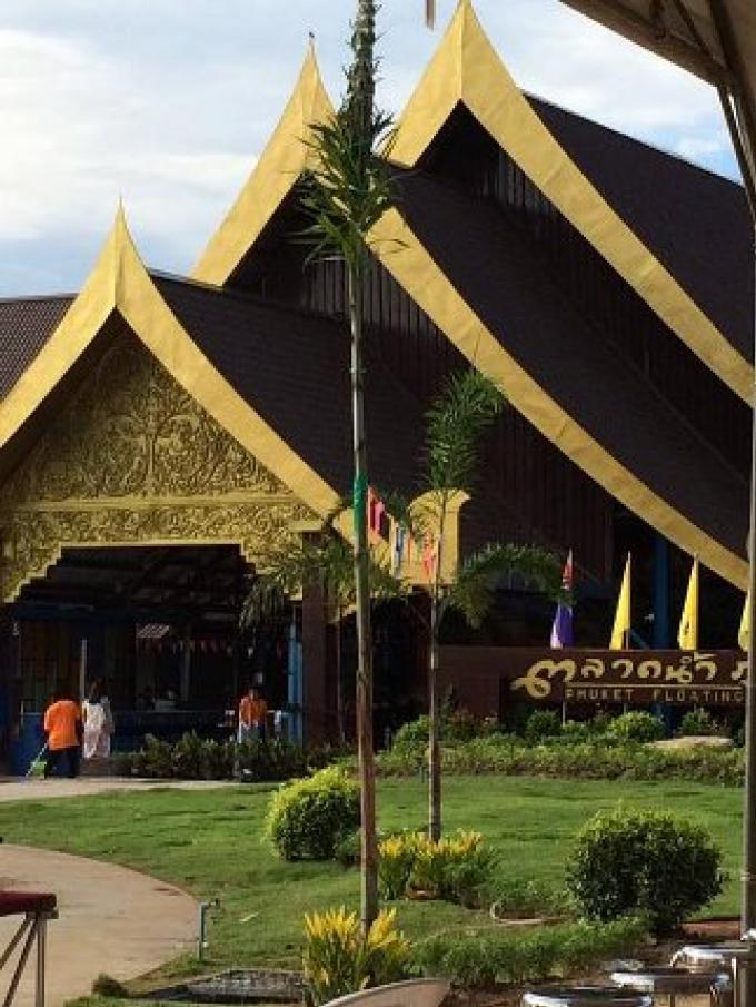 Le nouveau marché flottant de Phuket attire la foule