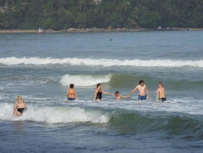 Natation autorisée sur certaines Plages de Phuket, les restrictions dépendent des conditions de su