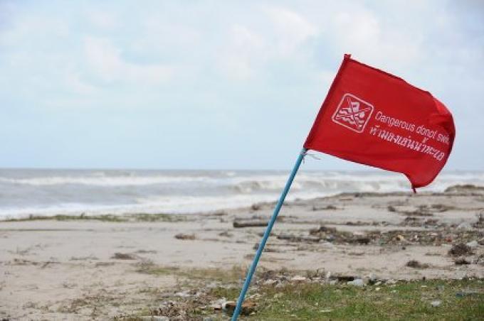 Plus de pluie, des vagues et des drapeaux rouges attendus sur de nombreuses plages de Phuket ce week