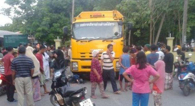Un conducteur d'une moto meurt sur la route de Phuket après une collision avec un camion de ramassa