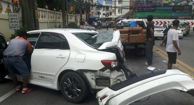 Un accident impliquant un camion avec une remorque tape dans 6 voitures au moins sur Patong Hill