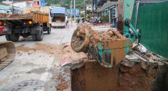 Les tuyaux non connectés sont une partie des problèmes de drainage de l'eau de pluie de Patong mai