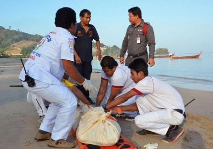 Un Corps retrouvé sur la plage de Nai Yang,  la police recherche pour trouver des indices