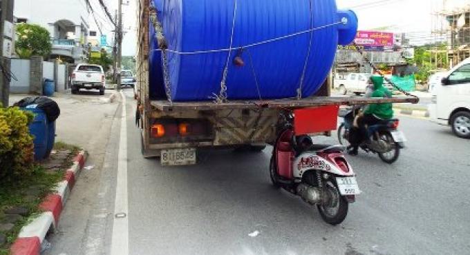 Un jeune de 23 ans meurt après avoir tapé avec sa moto un camion à six roues à Phuket
