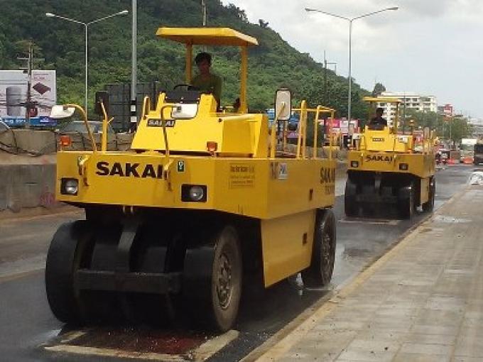 Le revêtement de la chaussée du souterrain Sam Kong  a commencé enfin