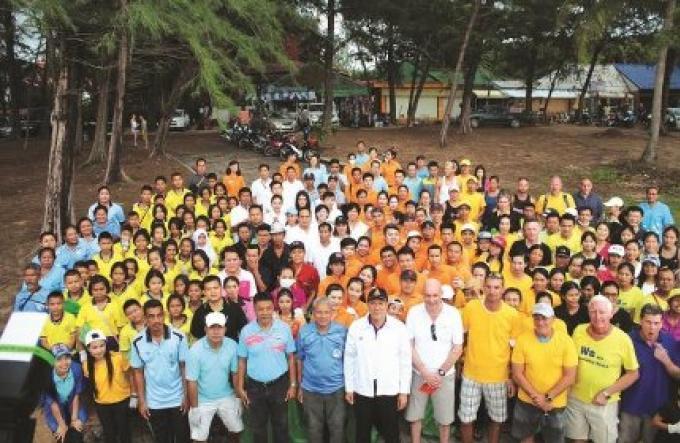 Les habitants et les touristes font équipe pour nettoyer Nai Harn Beach