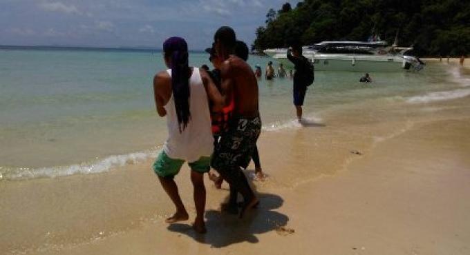 Un chinois de 67 ans meurt après être retrouvé inconscient dans l'eau pendant sa visite à Koh Ph