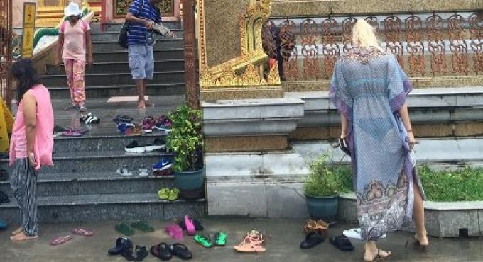 Une femme en tenue de plage au Wat Chalong de Phuket suscite la controverse