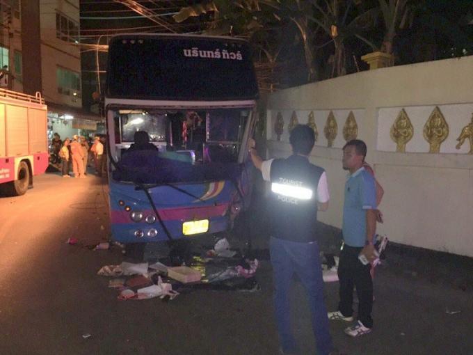 Des touristes chinois sain et sauf après que leur car s'écrase dans le du temple de Patong