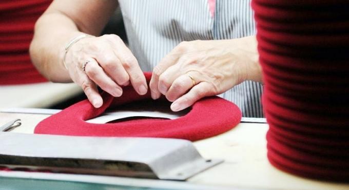 Le béret basque, un chapeau de paysan devenu 'l'emblème de la France'