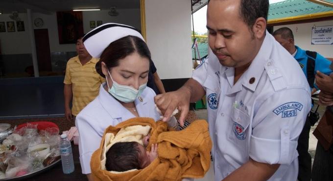 La police recherche les parents du nouveau-né abandonné dans une boite devant un temple de Phuket