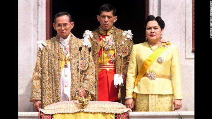 Le roi de Thaïlande Bhumibol, hospitalisé pour une grave infection