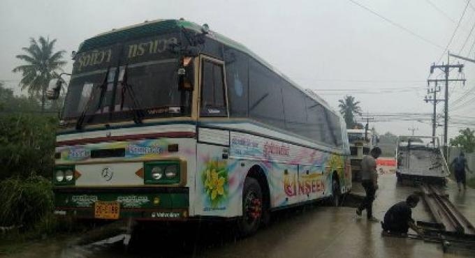 Un bus d'excursion bloqué après l'effondrement d'une route