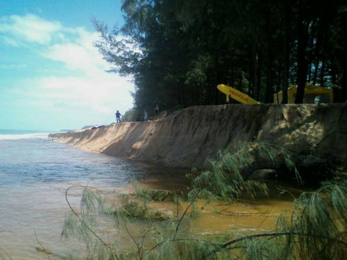 Le mauvais temps de ces dernières semaines érode des pans entiers de plages à Phuket