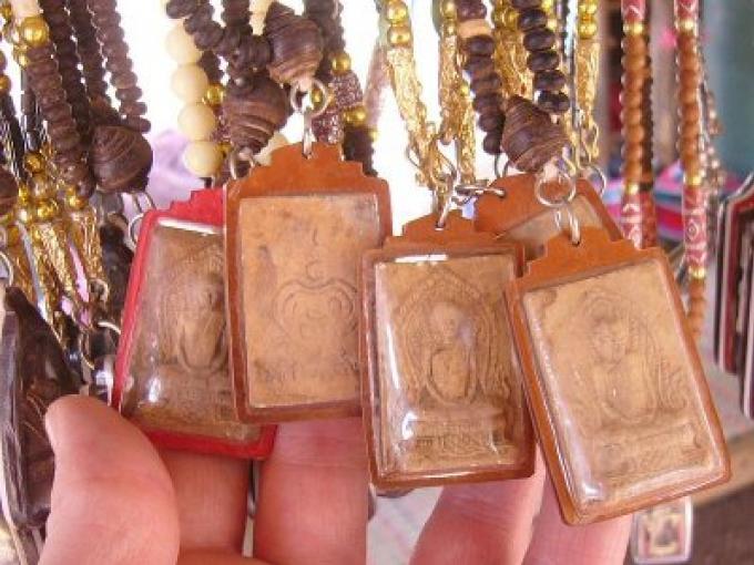 Culture: Les Talismans Thais des Taxis, le bon karma, les amulettes de protection et la sécurité r