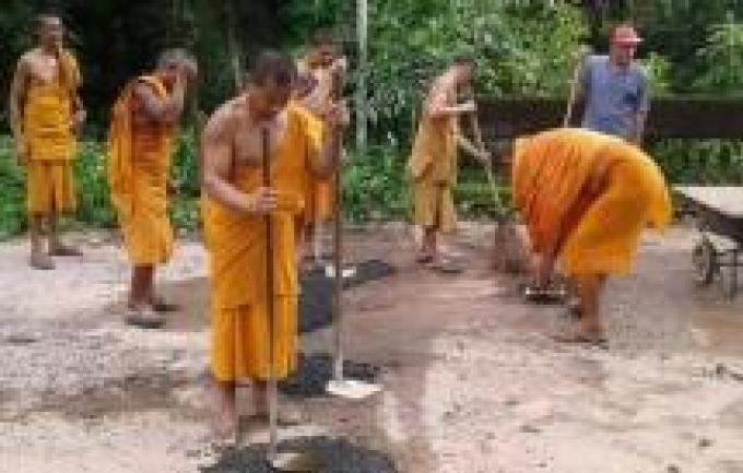 Des moines de Krabi cassent leur tirelire pour remettre la route en état