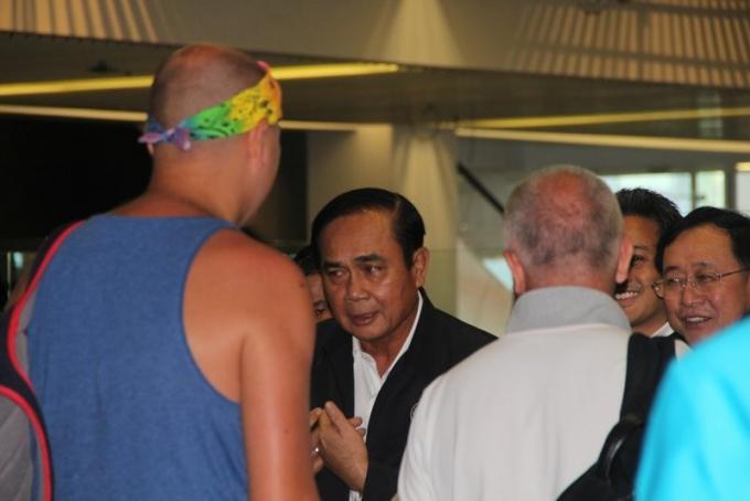 Le premier ministre Prayut parle de mafia et somme les officiels de prendre soin de la population lo