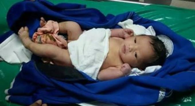 Une petite fille de deux semaines a été trouvée abandonnée dans une poubelle de Phuket.