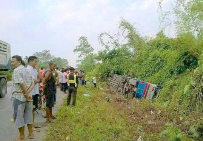 Un bus s'est retourné tôt ce matin. Il roulait de Bangkok à Phuket
