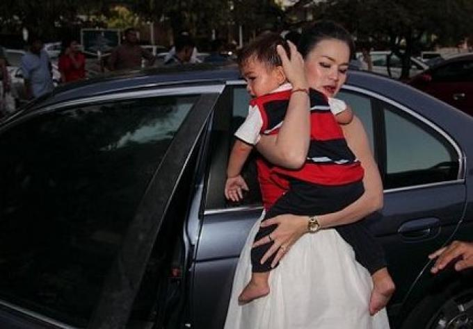 Un bébé de 10 mois coincé dans la voiture dans la chaleur de Phuket