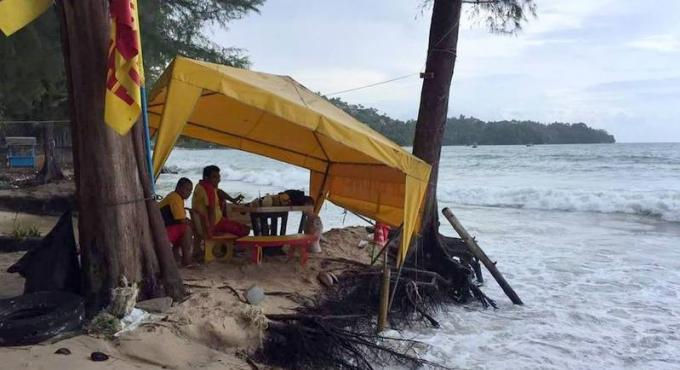 Les vagues 'arrachent' toujours plus de plages à Phuket