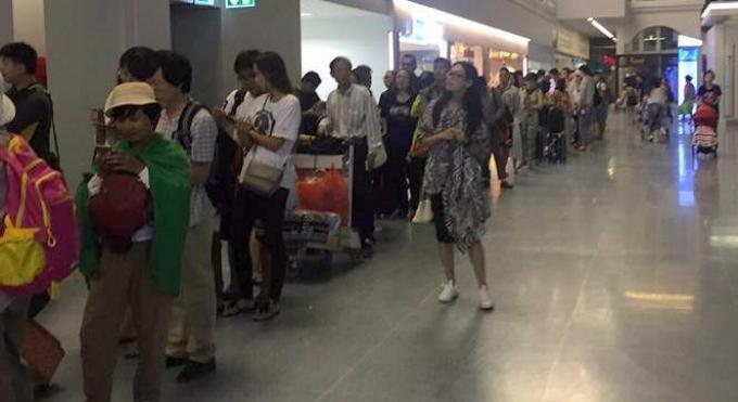 Confusion monstre a l'aéroport ! et des files d'attentes énormes à l'immigration.